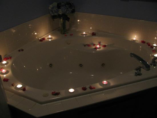 Romance package - Jacuzzi Tub - petals and lights - Picture of ...