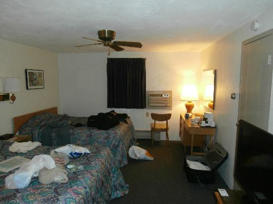 Gale River Motel and Cottages : Another view of a room (were left very clean for us - the mess is ours)