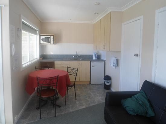 Manuka Crescent Motel: Kitchen/ Living Room