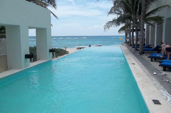Oasis Tulum: Infinity pool and beach area