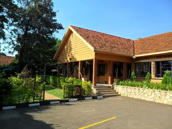 ฮูมูรา รีสอร์ท: upper building with reception and gym and indoor bar