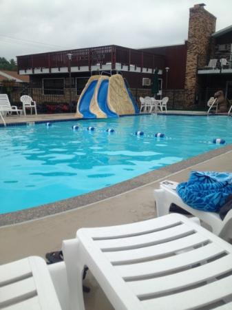 Black Hawk Motel: Pool and slides