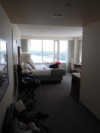 Niagara Fallsview Casino Resort: The corner room with windows on two sides.