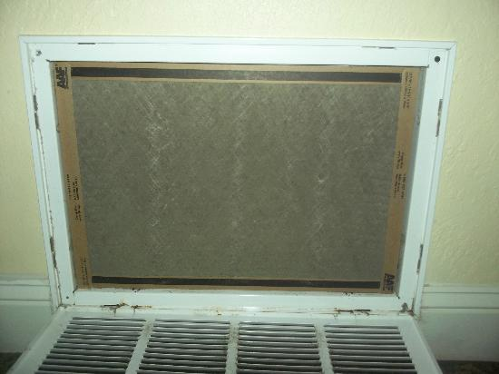 Coral Sands Resort: dirty air conditioner filter