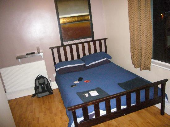 Sleep Sheffield: double room, shared bathroom & sink etc