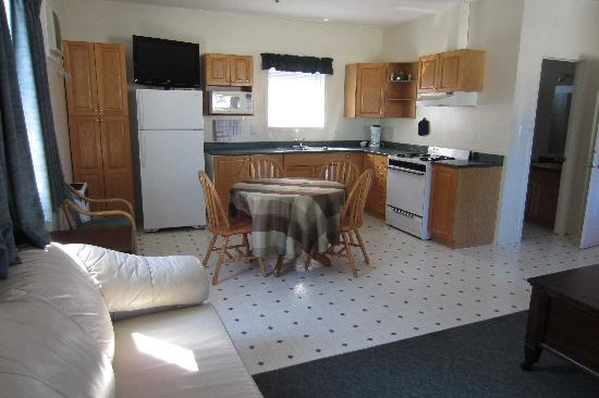 Sunny Beach Motel: Our kitchen and eating area
