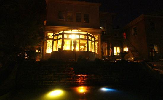 Perth Manor Boutique Hotel: Night shot of fountain & solarium