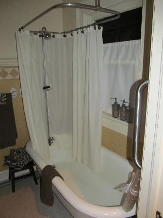 Inn at Craig Place: 100 year old clawfoot tub.