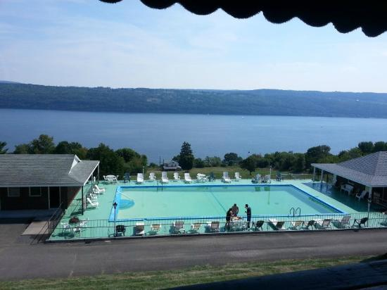 Glen Motor Inn: View of the pool, rooms and lovely Lake Seneca from the Montage restaurant