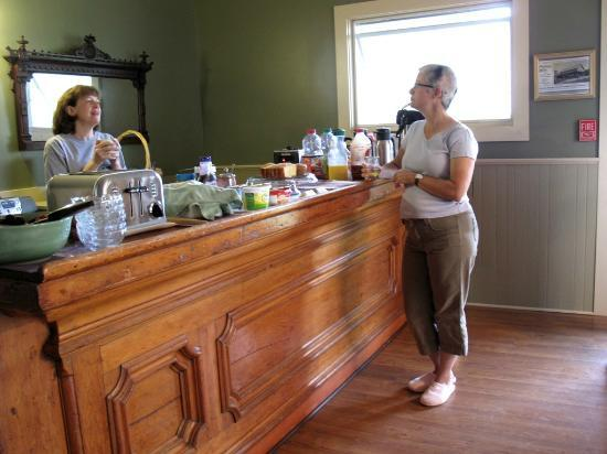 The Phoenix Inn on River Road : Breakfast Bar in the Tavern Room