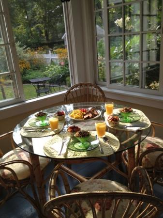 Stone House Farm Bed &amp; Breakfast : breakfast on the porch