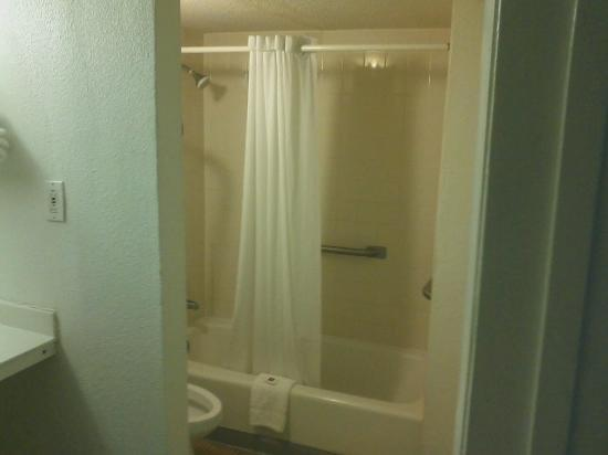 Motel 6 Indianapolis West - Speedway : regular room shower