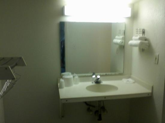 Motel 6 Indianapolis West - Speedway : bathroom vanity