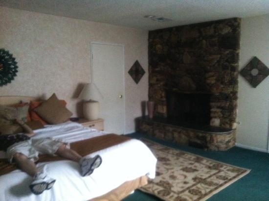 Inn at Deep Canyon: Ignore the man passed out on the bed.