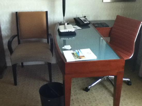 Viana Hotel and Spa: Spacious desk