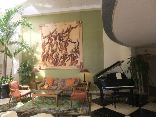 Crowne Plaza Fort Myers at Bell Tower Shops: lobby with piano
