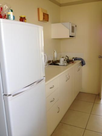 Cairns Queenslander Hotel and Apartments: kitchen area