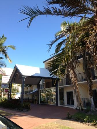 Cairns Queenslander Hotel and Apartments: front entrance