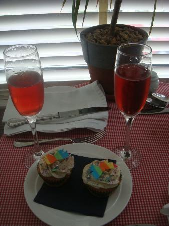 27 Brighton Bed & Breakfast: Pride cupcakes