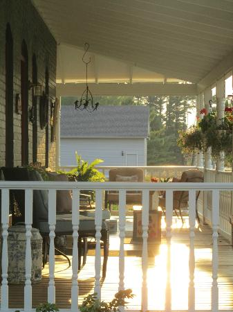 Applesauce Inn Bed & Breakfast: Porch view