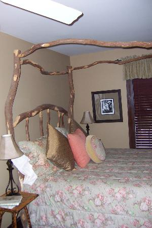 4-1/2 Street Inn Bed and Breakfast: The &quot;Twig&quot; room