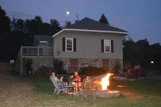 Banner Haven B&amp;B and Cabin Rentals: Fire Pit beside Main House