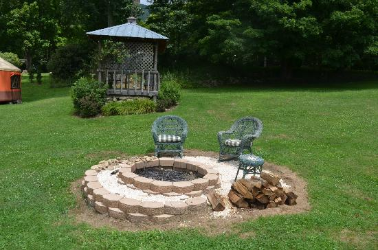 Banner Haven B&amp;B and Cabin Rentals: Fire Pit and Gazebo