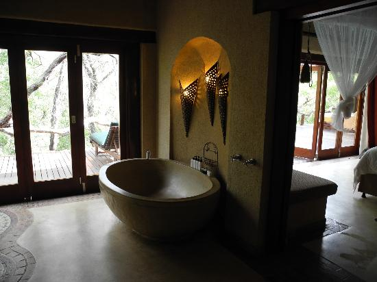 Simbambili Game Lodge: Bath..shower to left out of picture..