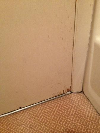 Econo Lodge Resort: cracks in the bathroom door