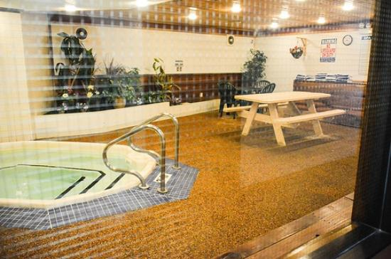 Duluth Spirit Mountain Inn - Americas Best Value : Hot tub area. The only reason this isn't crawling with kids is because I took the photo at 7am.
