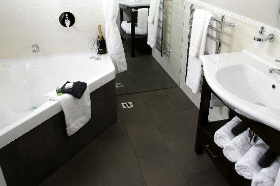 Lodge Bordeaux: Ensuite bathroom
