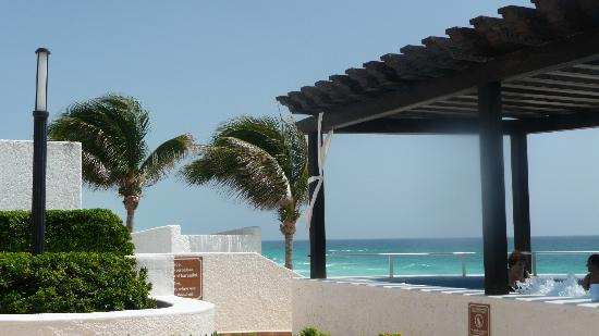 GR Caribe by Solaris: Oceanfront hot tubs near the pool