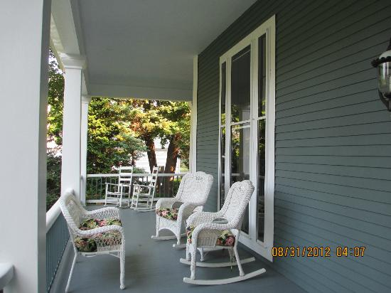Captain's Manor Inn: front porch