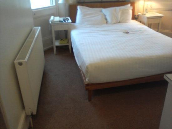 Kensington House Hotel: Tiny bedroom to compare with their brochure