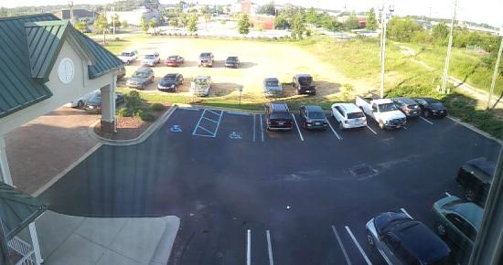 Country Inn and Suites Sumter SC: Front drive up area with tiny parking lot and no way to turn your car around