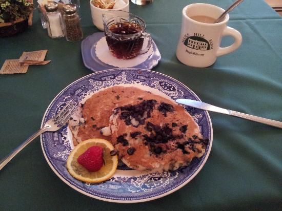 Maple Hill Farm Inn: Delicious breakfast. Maine&#39;s Blueberry Pancake
