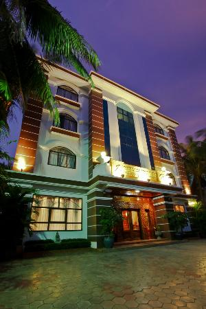Angkor Pearl Hotel: Night Time Exterior