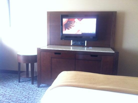 Holiday Inn Express & Suites Salinas: TV (doesn't swivel)