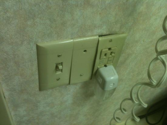 Comfort Inn Deep Creek Lake: Outlets coming out of the wall