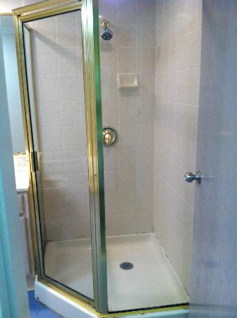 Quality Inn & Suites Beachfront Ocean City: Shower stall