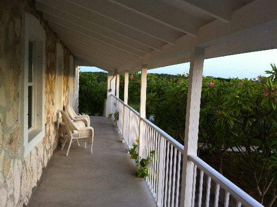Hut Pointe Inn: Looking along the balcony