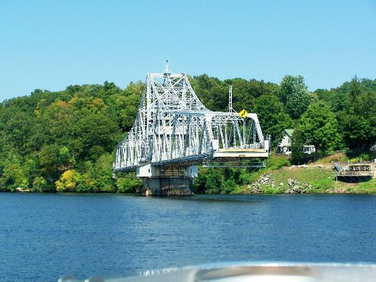 Haddam, CT: Swing bridge was opening just as we were leaving the dock