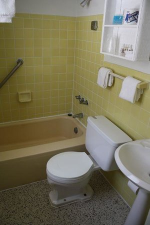 Beach Shell Inn: If you can see it, notice the white grout around the tub. I was impresses with the cleanness.