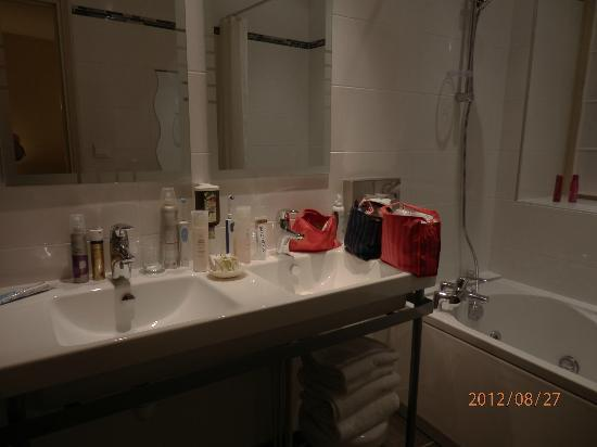 Le Phenix Hotel: The bathroom