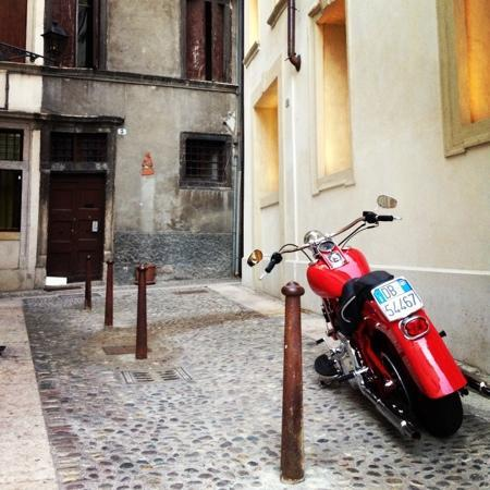 Hotel Antica Porta Leona: hotel front. bike always there.