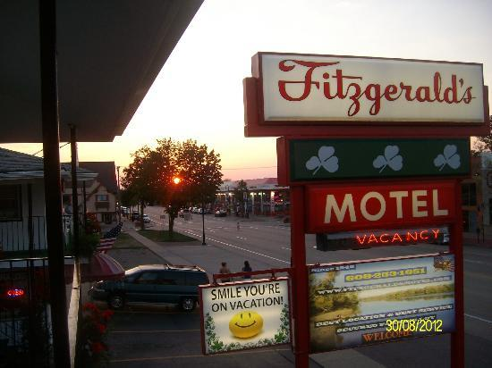 Fitzgeralds Motel: The Strip shops and restaurants right out the front door