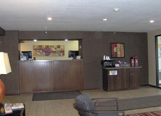 Super 8 Brookings: Front Desk / Reception