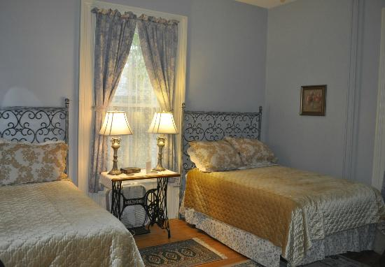 ‪‪Bluenose Lodge‬: Two cozy beds