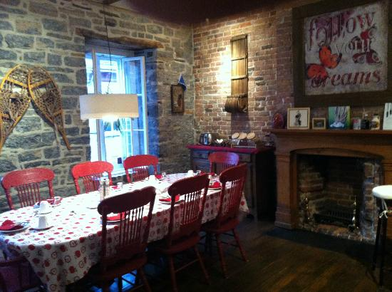 Le Coureur des Bois: Beautiful breakfast room - delicious and served by a wonderful hostess
