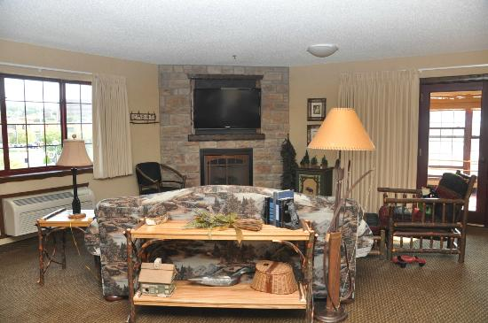 Stoney Creek Inn - Moline: fireplace in center of main room